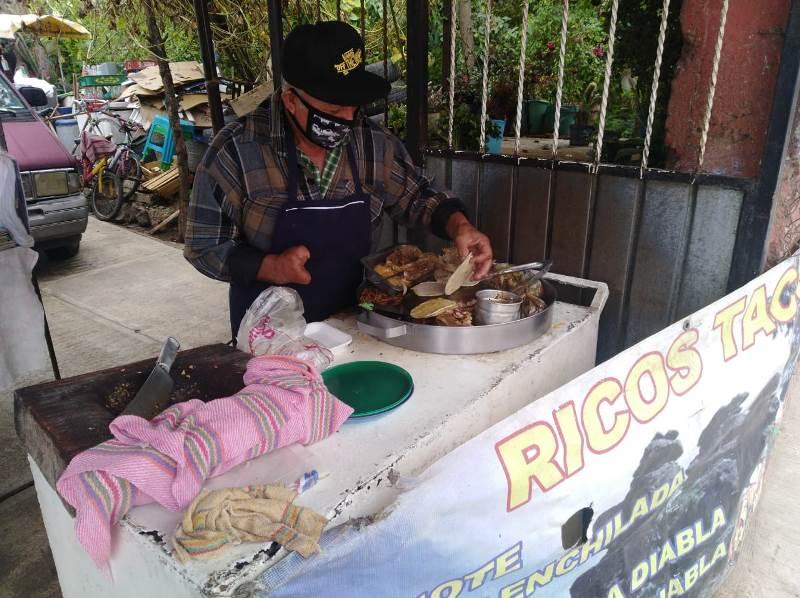 Sin mano cocina y vende tacos, de los más sabrosos en Tulancingo noticiastulancingo.com